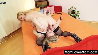 Amateur moms fucking each other with a dildo