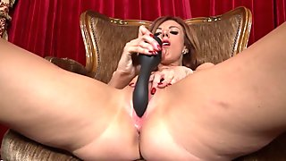 Amateur cougar mom feeding her hungry pussy