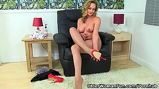 English cougar classy Eve peels off sheer pantyhose