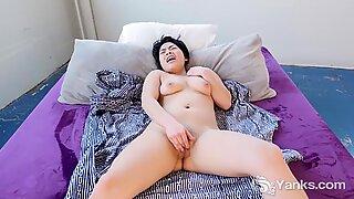 Yanks Cutey Asian Hope Gold Masturbating