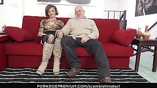 SCAMBISTI MATURI &ndash_ Kinky anal sex session with horny mature swingers